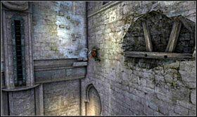 Następnie przebiegnij po ścianie pomiędzy wnękami by przedostać się do wystających cegieł - Stajnie - Opis przejścia - Prince of Persia: Zapomniane Piaski - poradnik do gry