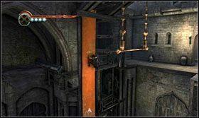 Stojąc na odchylonym elemencie przeskocz na drążek, a po wysunięciu się z podłogi czworokątnej klatki przeskocz na chorągiew by zjechać na podłogę - Stajnie - Opis przejścia - Prince of Persia: Zapomniane Piaski - poradnik do gry