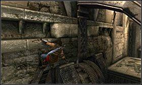 Doskocz do wnęki w ścianie i poczekaj aż mechanizm ustawi się tak, by można było pod nim bezpiecznie przebiec - The Works (1) - Opis przejścia - Prince of Persia: Zapomniane Piaski - poradnik do gry