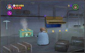 Przełącz się na Profesora Lupina i z klocków złóż ogromną walizkę (WL ), która umieść tuż pod oknem - zasłonisz tym samym wpadające do wagonu światło #1 - Wieści z Azkabanu - Opis przejścia - Rok 3 - LEGO Harry Potter Lata 1-4 - poradnik do gry