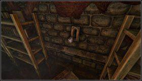 Zaraz po wejściu do pierwszej części piwnicy wskakujemy na skrzynię i rozglądamy się - oprócz dalszego fragmentu korytarza zobaczymy wejście w bocznym murze - Cellar Archives - Opis przejścia - Amnesia: Mroczny Obłęd - poradnik do gry