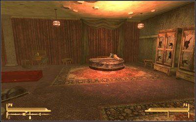 Mężczyznę znajdziesz w swoim pokoju, zasadniczo niczego się nie dowiesz, za szafą jednak znajdziesz sejf #1 [Otwieranie zamków 75 ], natomiast wewnątrz Taśmy snuff - Jak mało wiemy | Zadania poboczne - Fallout: New Vegas - poradnik do gry