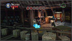 Butelka 9 - Butelka znajduje się na środkowej platformie lewego masztu - najłatwiej zdobyć ją opadając z góry (na szczyt dostaniemy się Sparrowem) - Czarna Perła atakuje - butelki - Klątwa Czarnej Perły - LEGO Piraci z Karaibów - poradnik do gry