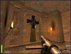Gdy wyjdziemy na zewnątrz, po prawej stronie zobaczymy przejście, które otworzyliśmy wciskając płytkę w ścianie - Mission 2: Part 3 - Return to Castle Wolfenstein - poradnik do gry