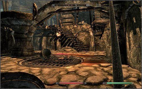 Pod��aj jedyn� mo�liw� �cie�k�, docieraj�c po kilku chwilach do kolejnego korytarza z rozbujanymi ostrzami - Wyprawa do Czarnyg�azu (2) - Czarnyg�az - The Elder Scrolls V: Skyrim - g��wny w�tek fabularny - poradnik do gry
