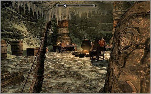 Wkrótce powinieneś dotrzeć do drugiego obozowiska bandytów (powyższy screen) i tu już warto się pilnować, gdyż obie przebywające w tym miejscu postacie dysponują magicznymi zdolnościami - Zlecenie- Zabij Malurila | Zadania Mrocznego Bractwa - The Elder Scrolls V: Skyrim - poradnik, mapy, questy