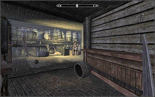 Już po otwarciu drzwi nie przejmuj się tym, że znalazłeś się w miejscu, w którym nie jesteś mile widziany, bo członkowie załogi nie powinni Cię zaatakować - Zlecenie- Zabij Safię | Zadania Mrocznego Bractwa - The Elder Scrolls V: Skyrim - poradnik, mapy, questy