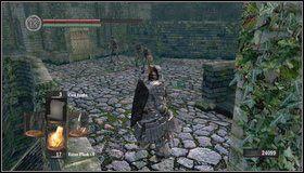 Wchodzimy po schodach na mały plac - Undead Burg (2) | Opis przejścia - Dark Souls - poradnik do gry