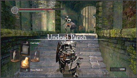W pierwszej kolejności musimy poradzić sobie z dzikiem okutym w zbroję - Undead Parish (1) - Opis przejścia - Dark Souls - poradnik do gry