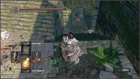 W tunelu zobaczymy uciekającego przeciwnika - to znak, że wrogowie szykują pułapkę - Undead Parish (1) - Opis przejścia - Dark Souls - poradnik do gry