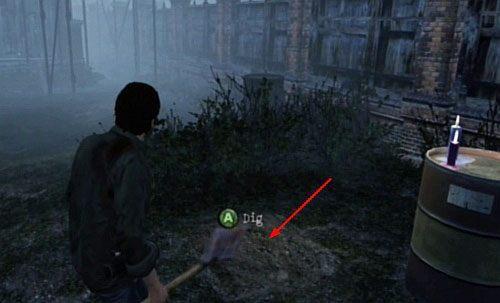 Na prawo od ławki przy której znalazłeś harpun (mając ławkę za plecami), znajdziesz kolejny relikt do wykopania - Misje poboczne (2) - Silent Hill cz.1 - Silent Hill: Downpour - poradnik do gry