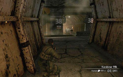 Wewnątrz początkowej części tunelu towarzyszył Ci będzie kolejny zagłuszający dźwięk przesuwającej się maszyny - Misja 2 - Obiekt Mittelwerk (2) - Sniper Elite V2 - poradnik do gry