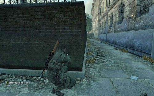 Wyjdź przez dziurę w ścianie i udaj się w prawo - Misja 3 - Muzeum Kaiser-Friedrich (1) - Sniper Elite V2 - poradnik do gry
