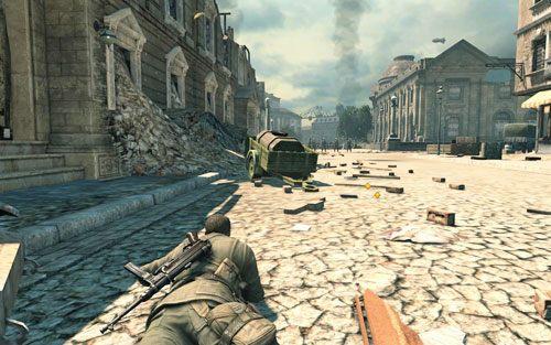 Przeczołgaj się bardzo powoli na drugą stronę ulicy - staraj się nie dać zauważyć ani snajperowi, ani patrolowi - Misja 3 - Muzeum Kaiser-Friedrich (2) - Sniper Elite V2 - poradnik do gry