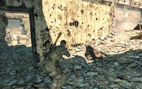 Będąc po drugiej stronie zejdź po schodach na dół - uważaj, gdyż będziesz mijał patrol - Misja 3 - Muzeum Kaiser-Friedrich (2) - Sniper Elite V2 - poradnik do gry