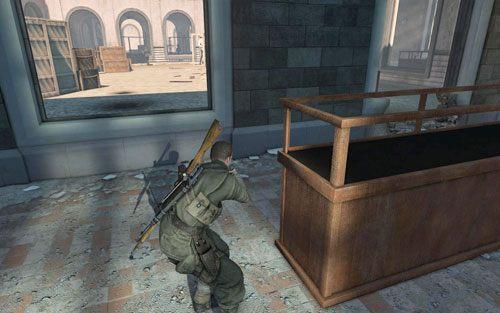 Idź w lewo, staraj się trzymać blisko murku, unikając ewentualnego spostrzeżenia przez ogromne okna - Misja 3 - Muzeum Kaiser-Friedrich (2) - Sniper Elite V2 - poradnik do gry