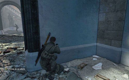Kieruj się dalej, cały czas zerkając na plac, czy przypadkiem ktoś Cię nie obserwuje - Misja 3 - Muzeum Kaiser-Friedrich (2) - Sniper Elite V2 - poradnik do gry