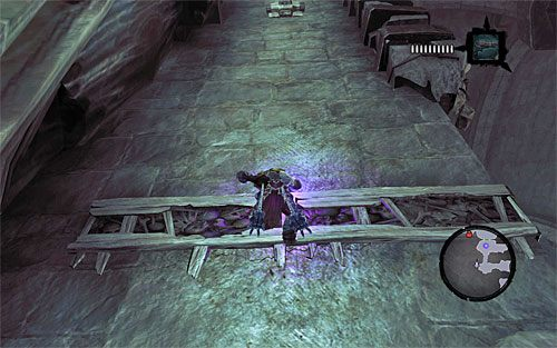 Ze słupa doskocz do interaktywnej krawędzi, przy czym nie przemieszczaj się jeszcze w prawo, tylko użyj Uchwytu Śmierci do złapania się górnego interaktywnego zaczepu (powyższy screen) - Znajdź Wiekuisty Tron (2) - Władca Kości - Darksiders II - poradnik do gry
