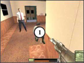 Wróć się na stację, zabij kolejnego żołnierza (2), który skrył się za kolumną i wejdź do podwójnych drzwi, drugich od lewej - Praga - Soldier of Fortune 2: Double Helix - poradnik do gry