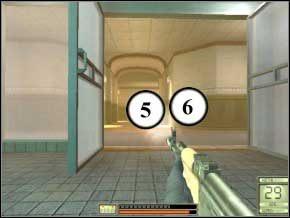 Potem wejdź do łazienki na końcu tego korytarza (drzwi tuż obok sauny), jak tylko wejdziesz, odwróć się - kolejna parka pojawi się z tyłu - Vergara - Soldier of Fortune 2: Double Helix - poradnik do gry