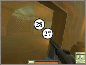 Potem wychyl się patrząc w lewo - zabijesz jednego strażnika (29), po czym zbliż się, aby w drzwiach po lewej zdjąć kolejnego, z granatem dymnym (30) - Vergara - Soldier of Fortune 2: Double Helix - poradnik do gry