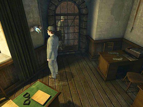 Spróbuj wcisnąć dzwonek znajdujący się na ścianie z lewej strony okratowanych drzwi, przekonasz się jednak, że urządzenie nie działa - Uruchom alarm - Ucieczka z więzienia Westgate - Testament Sherlocka Holmesa - poradnik do gry