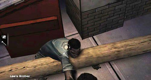 Po krótkiej rozmowie z bratem będziesz musiał uderzyć w niego toporem pięć razy (Lee's Brother), a potem przeszukać jego ciało - 6 - Hey, Bud - Epizod I - A New Day - The Walking Dead - poradnik do gry