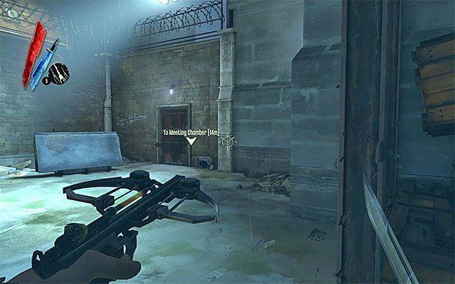 Do właściwej części podwórza zlokalizowanego na tyłach budynku Nadzorcy możesz od tej strony dotrzeć na trzy zasadnicze sposoby - otwierając z pomocą jednego z pozyskanych kluczy bramkę (powyższy screen), pokonując w ciele szczura tunel wentylacyjny lub przechodząc po rurach i innych obiektach przyl - Dotarcie do podwórza - Misja 2 - High Overseer Campbell - Dishonored - poradnik do gry