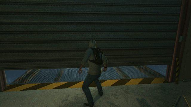 Ostatecznie dotrzesz do pustego magazynu, gdzie musisz prześlizgnąć się pod uchyloną bramą - Sekwencja 5 - Pierwsze źródło energii | Solucja Assassins Creed 3 - Assassins Creed 3 - poradnik do gry