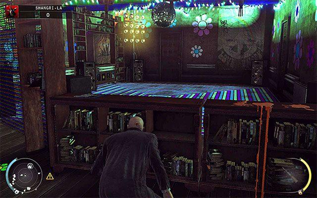 Drugi ze sposobów na odwrócenie uwagi stróżów prawa to załączenie nagrywarki w pomieszczeniu muzycznym - Dotarcie do windy (Shangri-La) - 4 - Uciekaj, by przeżyć - Hitman: Rozgrzeszenie - poradnik do gry
