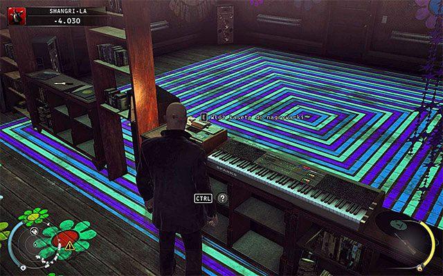 Podejdź do pokazanej na powyższym screenie nagrywarki i wejdź z nią w interakcję - Dotarcie do windy (Shangri-La) - 4 - Uciekaj, by przeżyć - Hitman: Rozgrzeszenie - poradnik do gry