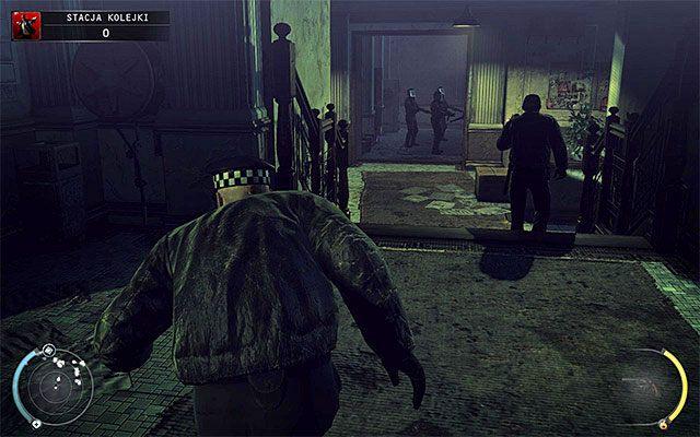 Zauwa�, �e w budynku pojawili si� uzbrojeni po z�by funkcjonariusze SWAT, tak wi�c musisz si� pilnowa�, nie wdaj�c si� z nimi w niepotrzebne walki - Dotarcie na stacj� (Stacja kolejki) - 4 - Uciekaj, by prze�y� - Hitman: Rozgrzeszenie - poradnik do gry