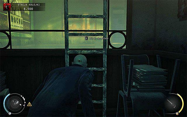 Omiń osoby przebywające w pomieszczeniu na parterze i zlokalizuj pokazaną na powyższym screenie drabinę, dzięki której przedostaniesz się na wyższy poziom budynku - Uruchomienie semaforów kolejowych (Stacja kolejki) - 4 - Uciekaj, by przeżyć - Hitman: Rozgrzeszenie - poradnik do gry