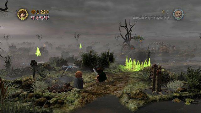 Po przejściu przez bagno na kolejną wyspę Gollum wskaże nam bezpieczną ścieżkę, lecz niestety pojawi się ogień blokujący dalszą drogę - Martwe Bagna - Opis przejścia - Akt II - LEGO The Lord of the Rings: Władca Pierścieni - poradnik do gry