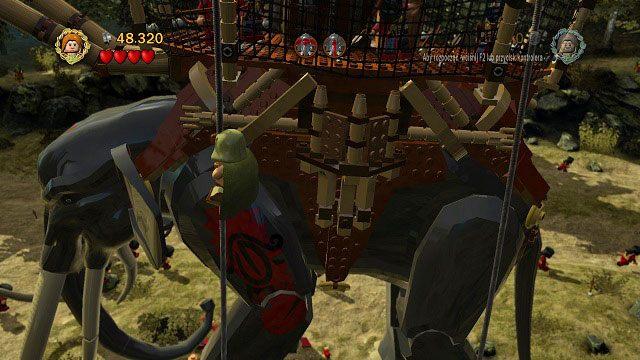 Korzystając z nich wspinamy się na nadbudówkę, i pozbywamy się wszystkich przeciwników oraz przedmiotów - Martwe Bagna - Opis przejścia - Akt II - LEGO The Lord of the Rings: Władca Pierścieni - poradnik do gry