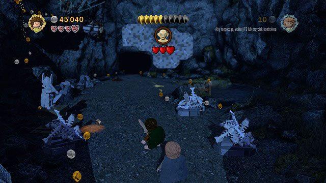 Gollum będzie nieustannie poruszał się po przeciwległej do nas ścianie - aby zmusić go do zejścia trzeba rzucić w niego świeżą rybą - Obłaskawienie Golluma - Opis przejścia - Akt II - LEGO The Lord of the Rings: Władca Pierścieni - poradnik do gry