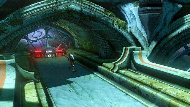 Zanim pobiegniesz dalej w g��b pomostem udaj si� w drug� stron� by trafi� do zau�ka z dwoma czerwonymi skrzyniami oraz jedn� bia�� zawieraj�c� oko Gorgony - 6 - Zbiornik - God of War: Ascension - poradnik do gry