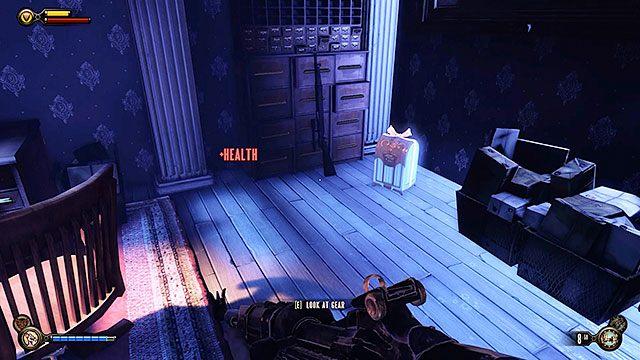 Przeszukaj meble na zapleczu, a w rogu pomieszczenia znajdziesz również karabin wyborowy i Ekwipunek #12 - Tors - Uruchom gondolę na Żołnierskim Polu - Rozdział 12 - Wróć na Plac Sali Bohaterów - BioShock: Infinite - poradnik do gry