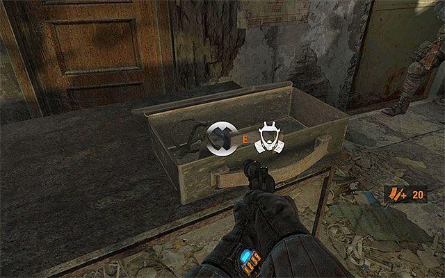 Dopiero po zabraniu wspomnianego wyżej sekretu podejdź do stołu ze skrzynką zawierającą filtr oraz maskę przeciwgazową (poprzedni tego typu zestaw utraciłeś w jednym z początkowych rozdziałów gry) - Podążaj za Pawłem do Stacji Teatr   Rozdział 8 - Echo - Metro: Last Light - poradnik do gry