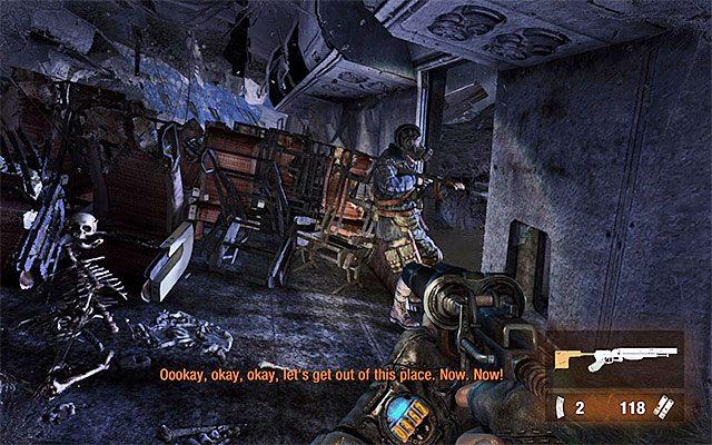 Dopiero teraz dołącz do swojego sojusznika, tak by pomóc mu w ponownym założeniu maski przeciwgazowej - Podążaj za Pawłem do Stacji Teatr   Rozdział 8 - Echo - Metro: Last Light - poradnik do gry