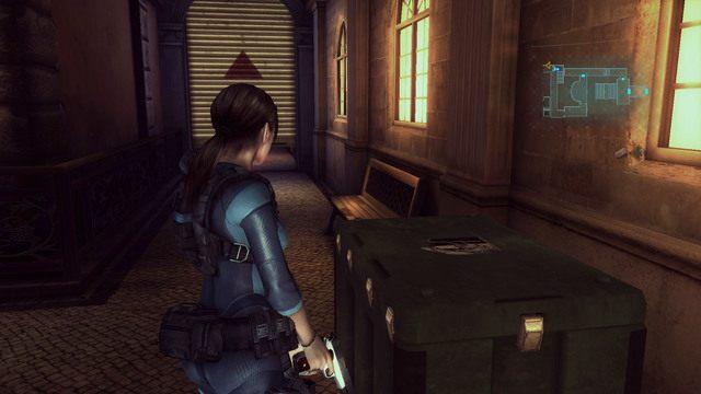 Znajdziesz tam również skrzynię umożliwiającą dodanie ulepszeń do broni, a obok niej do połowy zamknięte przejście - Duchy Veltro - część II - Epizod 3 - Resident Evil: Revelations - poradnik do gry