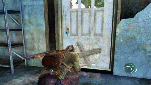 Kawa�ek dalej znajduje si� budynek, a w nim drzwi z klapk� dla kota - Cmentarz - Miasteczko Billa - The Last of Us - poradnik do gry
