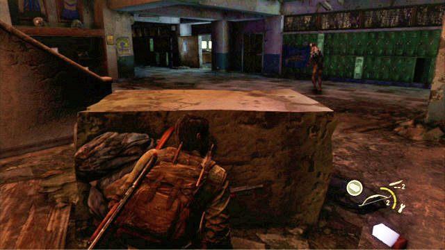 Wewn�trz budynku szybko si� pochyl i powoli przekradnij za os�on� z lewej - Ucieczka z budynku szko�y - Miasteczko Billa - The Last of Us - poradnik do gry