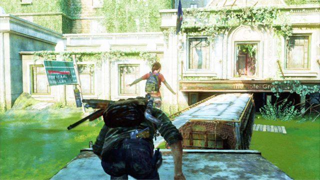 Aby dosta� si� na g�r�, przep�y� przez zatopiony kontener z lewej - Samotna i porzucona - Pittsburgh - The Last of Us - poradnik do gry