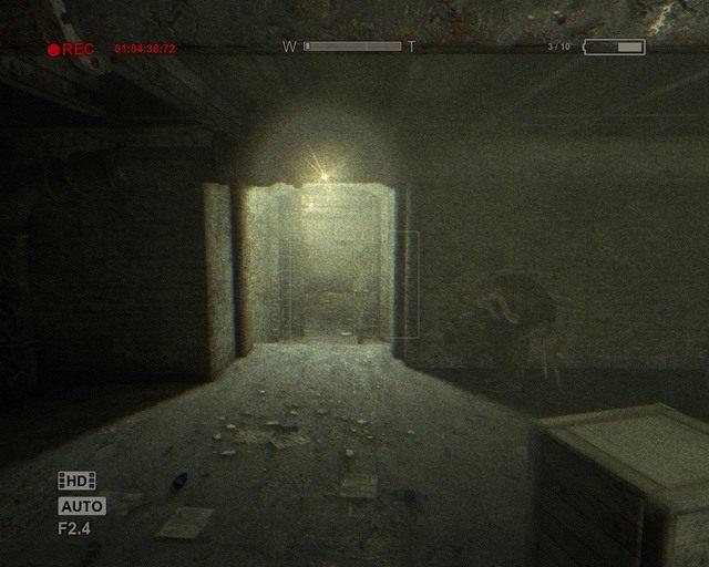 Ten kulący się pan zamknie za tobą drzwi, gdy tylko przez nie przejdziesz - Sewer - Solucja - Outlast - poradnik do gry