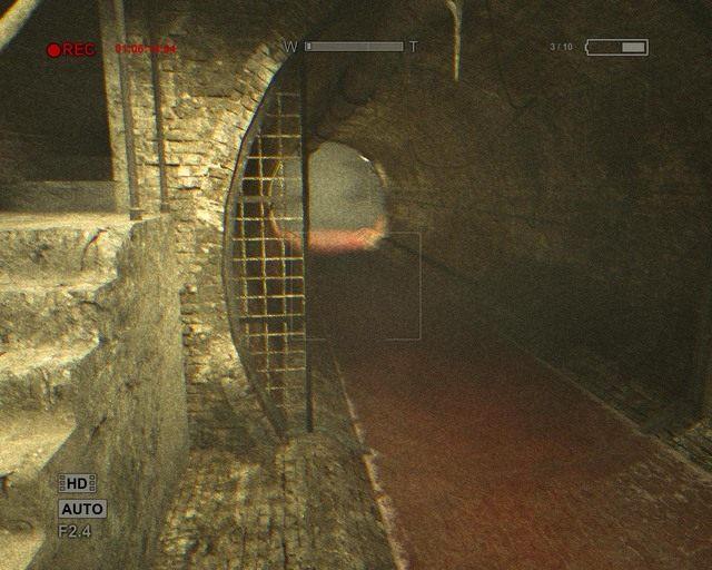 Czerwona woda oraz uciekający człowiek wskażą ci drogę - Sewer - Solucja - Outlast - poradnik do gry