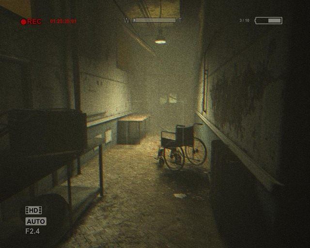 Na tych korytarzach znów musisz bawić się w chowanego z gigantem - Male Ward - Solucja - Outlast - poradnik do gry