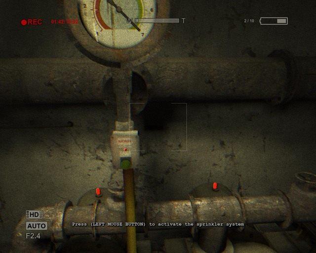 Gdy przełączysz obie dźwignie będziesz mógł włączyć system przeciwpożarowy - Male Ward - Solucja - Outlast - poradnik do gry
