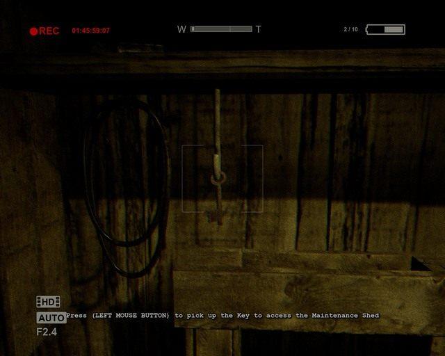 Kluczyk otwierający kratę przy budynku - Coutryard - Solucja - Outlast - poradnik do gry