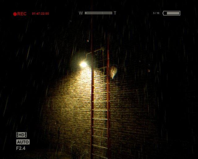 Oświetlona drabina na dach, użyj jej by pójść dalej - Coutryard - Solucja - Outlast - poradnik do gry